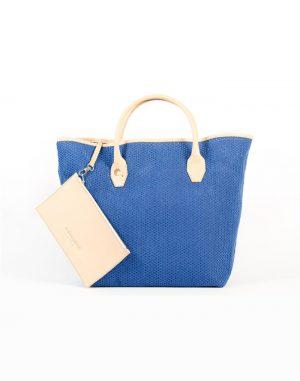 Bolso shopping de tela de algodón de rejilla de color azul con asas de piel de vacuno de color beige.