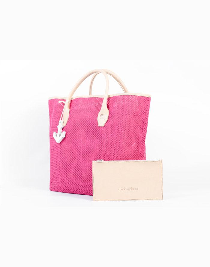 Bolso shopping de tela de algodón de rejilla de color rosa fucsia con asas de piel de vacuno de color beige.