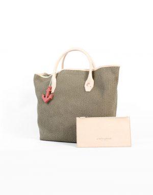 Bolso shopping, de tela de algodón de rejilla de color verde oscuro con asas de piel de vacuno de color beige.