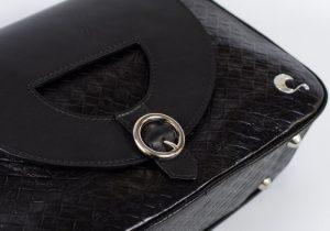 Bolso con asa de bandolera de piel de calidad color negro.