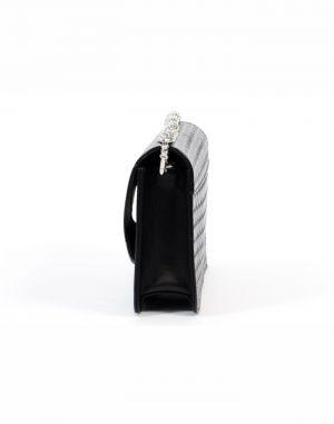 Bolso de mano o de colgar de piel de alta calidad de vacuno de color negro con cadena metálica de níquel.